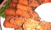 Вкусно! 1кг плато от пилешки хапки, панирани сирена и млечен сос