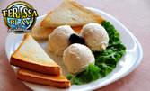 Порция разбит хайвер, плюс 3 сухарчета и маслинка
