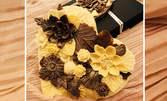 Сърце от два вида белгийски шоколад в опаковка, с картичка