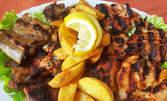 1.1кг плато! Печени свински гърдички на скара и свински флейки от бекон, плюс пикантни пържени картофки