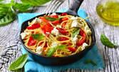 Безглутенова паста от спанак, тиква, морков или цвекло - с доматен сос, босилек, пармезан и маслини