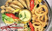 Средиземноморско плато! Пържен сафрид и скариди, панирани калмари и сос