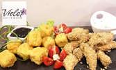 Плато с пилешки хапки в специална панировка от овесени ядки и хрупкави топени сиренца, плюс млечно-чеснов сос и сладко