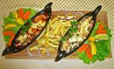 2 гондоли с пилешко и свинско филе, плюс пържени картофи с маруля и лимон