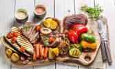 3.7кг плато на скара! Пилешка и свинска пържола, бекон, наденица, кюфтета, кърначета, картофки и сос