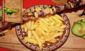 Свински или пилешки шашлик, порция пържени картофки и сос