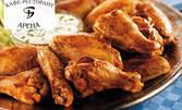 Плато от пилешки парти бутчета, пресни пържени картофки и млечен сос