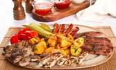 Плато на майстора пилешко и свинско месо на скара, гъби, лук, кашкавал и пюре, плюс пържени картофки и домашна пърленка