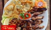 Плато с пилешки крила, картофи по селски и пикантен сос