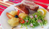 Пълнено пилешко филе с гарнитура пюре и зелена салата, или пъстърва на жар със задушени зеленчуци, плюс десерт