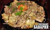 700гр касапски сач за двама - свинско месце, бекон, гъбки, кисели краставички и картофки