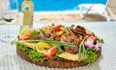 Апетитно плато с пилешко и свинско месце на скара, плюс пържени картофки - в Белащица