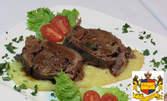 Плик с козе сирене, мед и кедрови ядки или млечно телешко бон филе със зеленчуци и сос, плюс чийзкейк