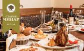 Плато с домашна зимнина, агнешко на пещ или свинско джоланче с печени картофи и парено домашно сирене