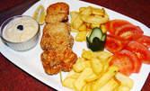 Мариновани пилешки крилца, пиле игла или виенски шницел, плюс домашна питка със сирене