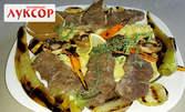 Телешко контра филе, приготвено на бавен огън в гърне, с картофено пюре, свежи зеленчуци на скара и сос