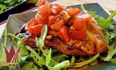 Пилешко филе с домати и песто, запечено с моцарела, и гарнитура пържени картофки и свежа салата
