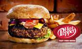 Голям бургер с конско месо по оригинална рецепта на дървени въглища, плюс порция картофки
