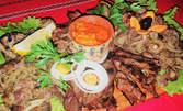 1.4кг плато на тиган с пилешки и свински дреболийки, плюс зеленчуци и лютеница