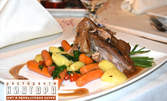 Пълнени пилешки гърди с хамон, крехко телешко сукалче върху топла спаначена салата или задушен свински джолан в гювеч