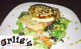 Дърпано свинско от Единбург, плюс салата Прованс с брускета и френско козе сирене с мед и орехи