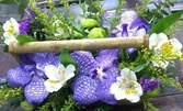 Кошница с рози и хризантеми, аранжировка на 3 орхидеи или букет с 5 рози