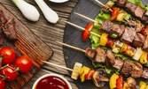 1670гр вкусно плато! Пилешки пържени крилца и бутчета на шайби, свински шишчета, пикантни картофки и чеснов сос
