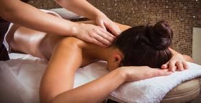 Релаксиращ масаж на гръб, масажна яка и ръце с ароматна свещ