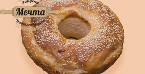 Питка със сирене, щрудел с ябълки или сиропирана баница с локум и тахан халва