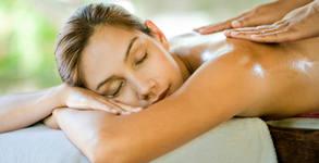 Спортен дълбокотъканен масаж на гръб, врат и рамене