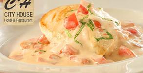 Пилешко филе със сос Алфредо и картофен маш с ретро горчица