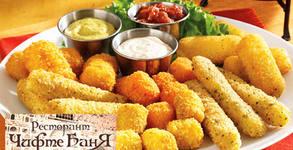 1050гр плато с пилешки хапки, кашкавалени хапки, топено сирене хапки, бяло сирене хапки и сосче