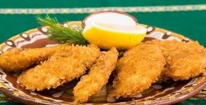 1570гр плато с хрупкави пилешки филенца, домашни кюфтенца, пилешки шайби, пикантни картофки и чесново сосче