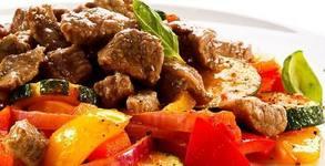 Куверт с двустепенно меню от салата и основно ястие, плюс чаша вино