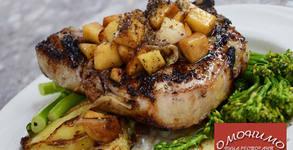 Крехко пилешко или сочно свинско месце с гарнитура