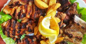 1.1кг плато с печени свински гърдички на скара и пържени пикантни картофки