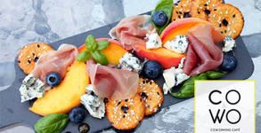 Апетитно плато със сирена, прошуто крудо, плодове и хрупкави бретцели, плюс чаша вино