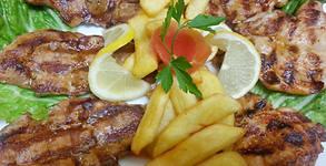 1.1кг вкусотии! Комбинирано месно плато със свински и пилешки пържолки на скара, плюс пикантни пържени картофки