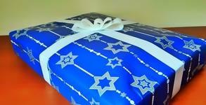 """Коледен пакет """"Изненада"""" за деца или възрастни - с книга, плюс образователна игра или пъзел, с безплатна доставка"""