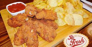 Панирани пилешки крилца, домашен картофен чипс и пикантен кетчуп