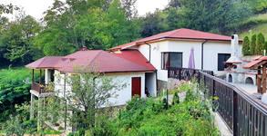 Зимна приказка в Родопите! Нощувка в къща за до 10 човека