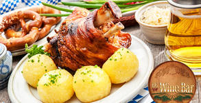 800гр плато със свински джолан, печени картофи и зелена салата, плюс бутилка вино