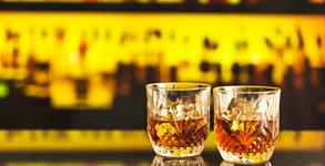 Бутилка алкохол и хапване по избор - уиски с кола и фъстъци, водка и хайвер или шампанско, вино и 3 плата със сирена