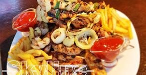 1.55кг плато! Пилешко и свинско месце на скара, домашни пържени картофки и сос