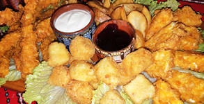 1кг хрупкаво плато! Панирани пилешки филенца, кашкавалчета, топени сиренца и картофки, плюс сосче и сладко от боровинки