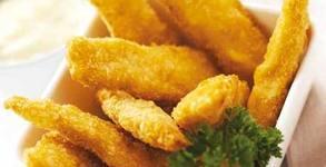 1360гр апетитно плато! Пилешки пържолки и филенца, свински вратни флейки, пикантни картофки и чеснов сос