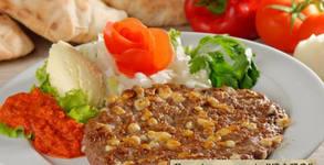 1350гр хапване по сръбски за компанията! Плато с кебапчета, плескавица, наденица, картофки и разядки
