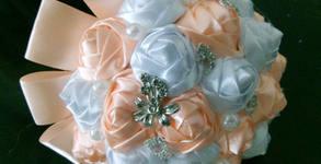 Булчински букет от сатенена панделка, перли и кристали - цвят по избор