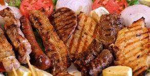 Плато с пилешки пържолки от бут, пресен бекон на скара, домашни пържени кюфтенца и картофки