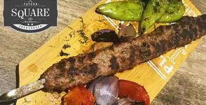 Адана кебап с агнешка и телешка кайма, плюс гарнитура от гриловани зеленчуци
